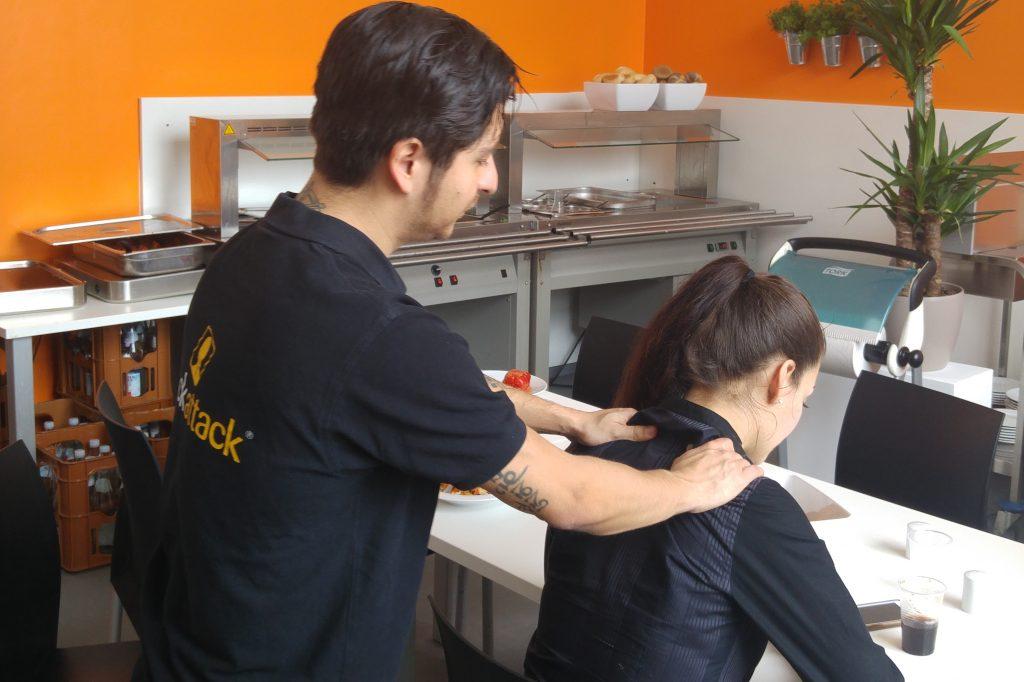 entspannte mitarbeiter im nhow berlin neckattack mobile massage. Black Bedroom Furniture Sets. Home Design Ideas