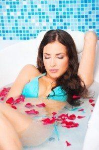 Frau im Entspannt in Badewanne