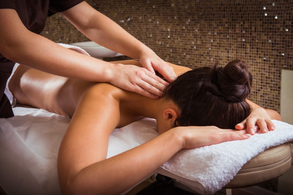 Wellnessmassage Frankfurt Frau-dunkel-background